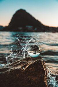 el agua es vida en una fotografía junto al mar