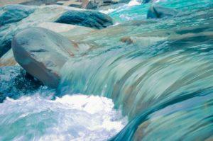 diferencia agua mineral natural y agua de manantial