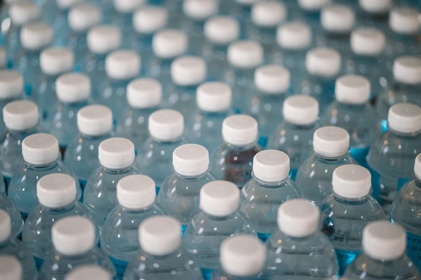 reutilizar botellas de plástico para agua